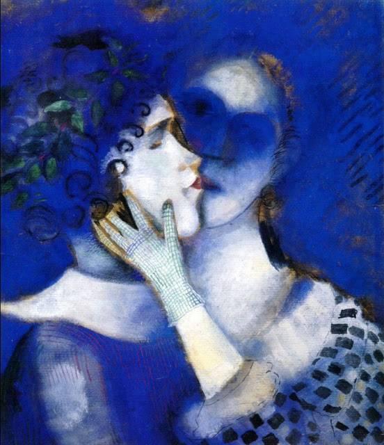 Due figure fanciullesche si baciano su uno sfondo blu, ad essere ritratti sono Chagall e la moglie Bella Rosenfeld. Chagall moriva il 28 marzo 1985