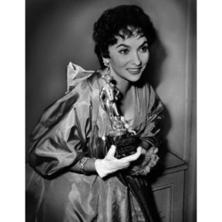 1956, Gina LOLLOBRIGIDA  con in mano la statuetta del premio David di Donatello per la migliore attrice protagonista per il film La donna piu' bella del mondo.