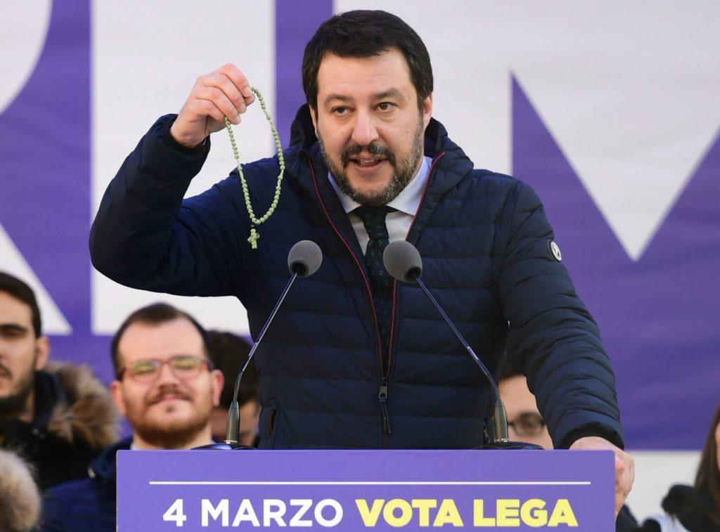 Salvini stringe un rosario durante un comizio a Milano. Photo Credit: Wired