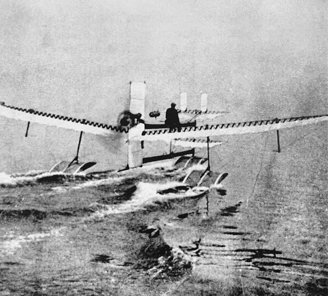 In uno scatto in bianco e nero vediamo il primo idrovolante prima che decolli. E' il 28 marzo del 1910.