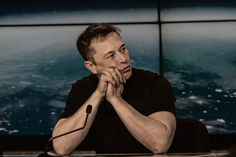Elon Musk durante una conferenza stampa. La sua Tesla Model Y esordisce nel Pi Greco Day