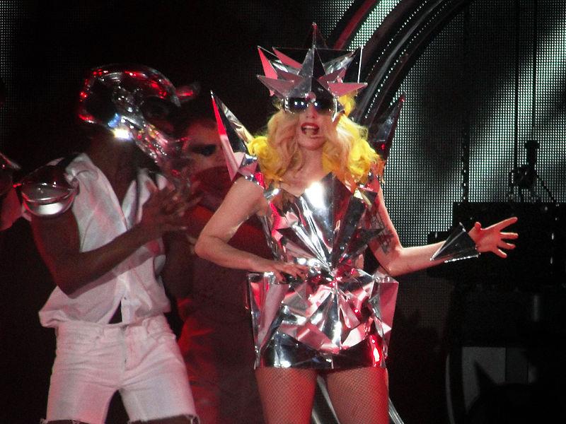 Lady Gaga, nata il 28 marzo, canta con un costume fatto di un materiale simile all'alluminio, piegato a formare degli spigoli. Alle sue spalle due ballerini mascherati.