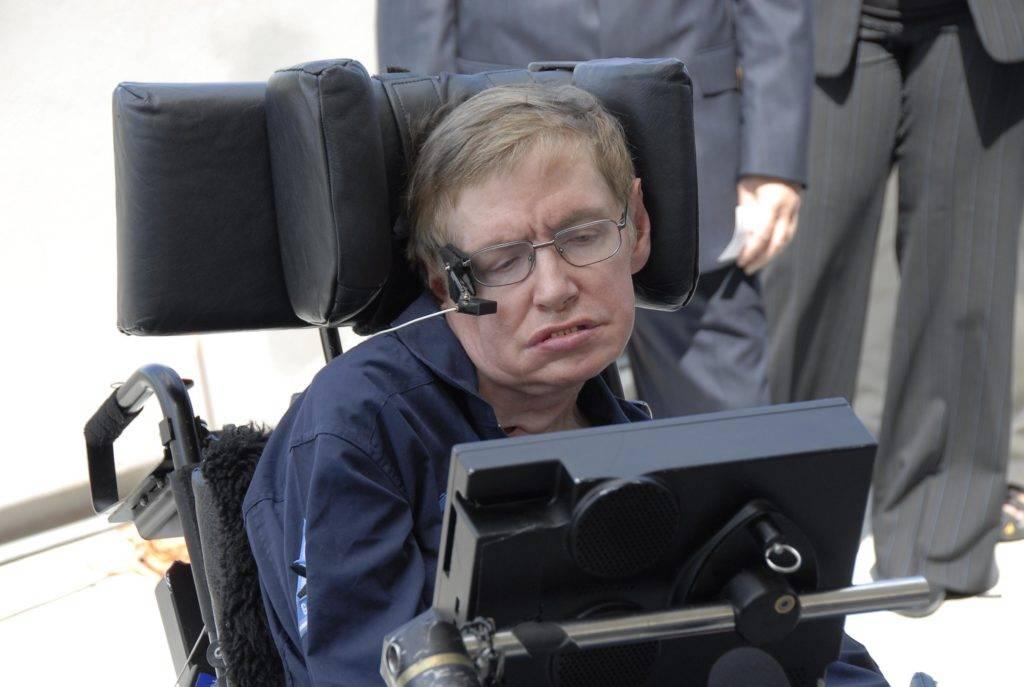 Stephen Hawking, mentre osserva uno schermo a Cape Kennedy. La sua morte è avvenuta nel giorno del Pi Greco Day