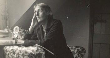 Virginia Woolf ritratta con espressione assorta e malinconica