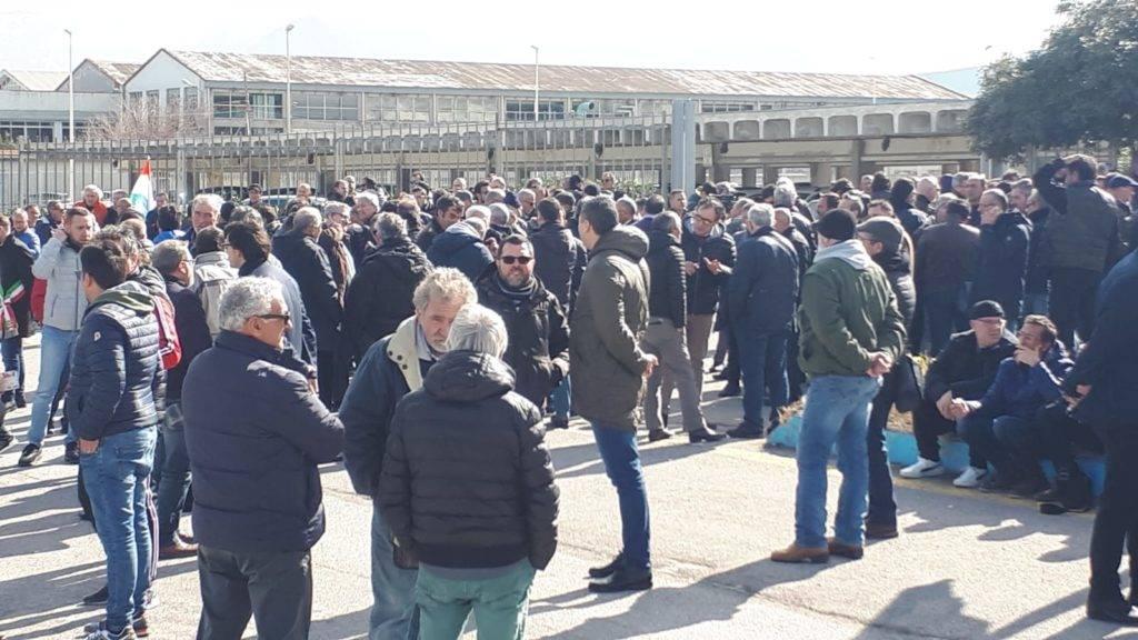 """""""Presidio degli operai davanti alla fabbrica – Photo Credit: palermo.gds.it""""  blutec"""