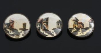 Tre bottoni, collage su carta e pittura sotto vetro, inizio XIX secolo. (foto dal web)