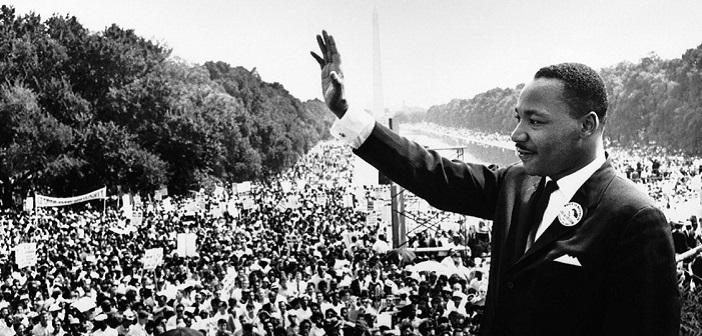 Martin Luther King saluta la folla in uno scatto in bianco e nero. Moriva il 4 aprile del 1968.
