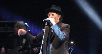 Francesco De Gregori canta al teatro Maibran nel 2013. Oggi compie sessantotto anni.