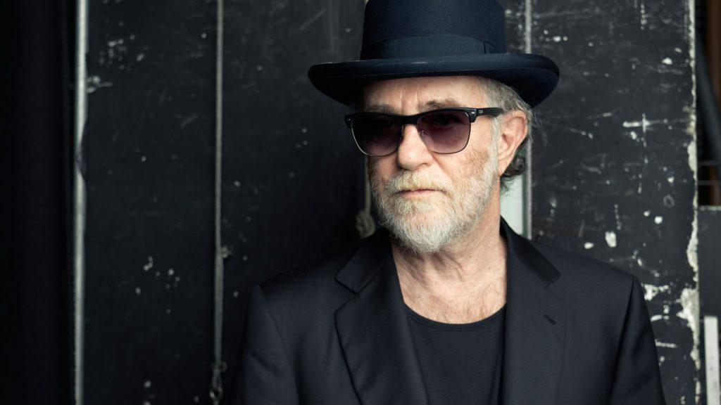 De Gregori ritratto da vicino, con cappello e occhiali scuri. Oggi compie sessantotto anni.