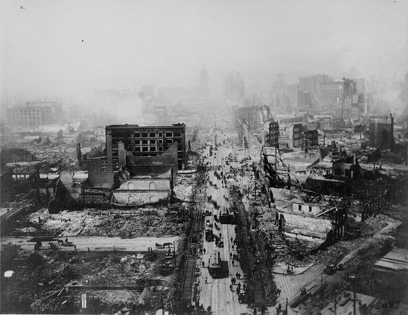 La città di San Francisco in rovina, gli edifici sventrati o completamente rasi al suolo.