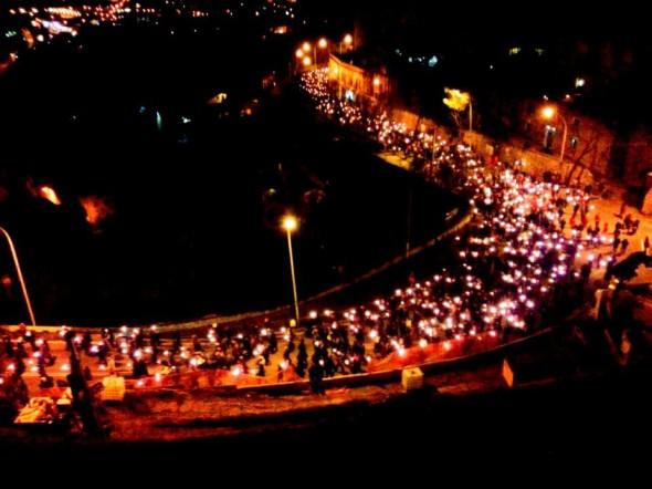 Fiaccolata commemorativa per le vittime del sisma del 6 aprile 2009. L'Aquila, 2013. (foto dal web) #MMIToday 6 aprile  10 anni dal terremoto d'Abruzzo
