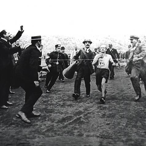 L'arrivo di Dorando Pietri al traguardo della maratona della IV Olimpiade a Londra nel 1908. (foto dal web) MMI Today | La giornata mondiale del disegno