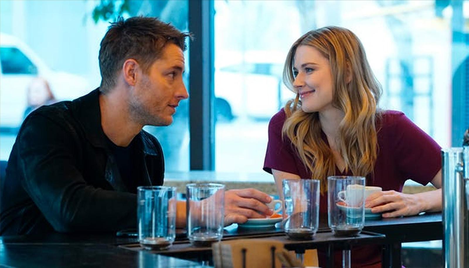 """Kevin e Sophie prendono un caffè insieme verso la fine della terza stagione di """"This is us""""."""