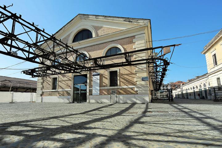 L'ex mattatoio, un edificio commerciale riadattato a teatro.