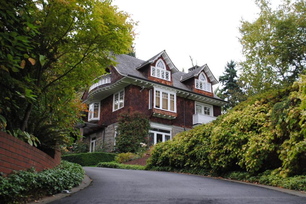 LA CASA: L'ultima casa in cui abitò Kurt Cobain: 171, Lake Washington Blvd. East.  Acquistata nel gennaio del 1994 (Fonte: es.wikipedia.org)