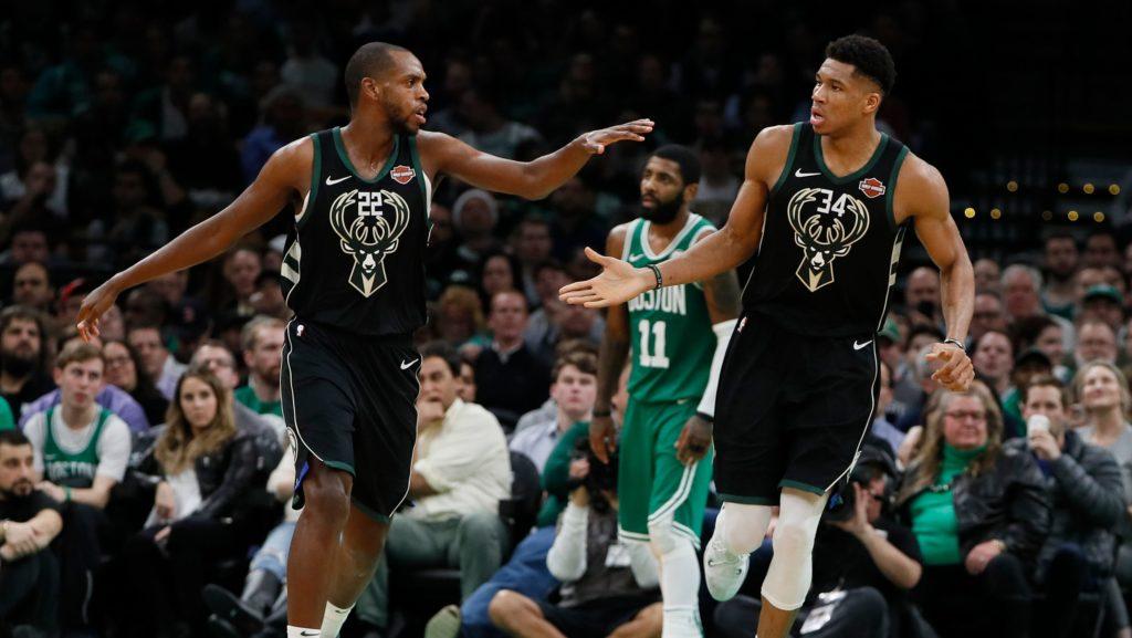 Le due prime opzioni offensive dei Bucks, Antetokoumpo e Middleton, che festeggiano dopo un canestro, con uno sconsolato Irving sullo sfondo
