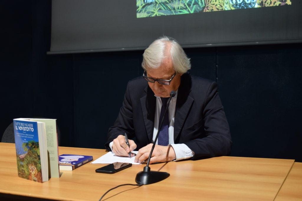 Vittorio Sgarbi al Salone del Libro (photo credits: Valeria Sittinieri)