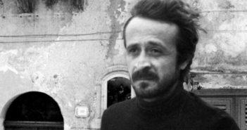 Peppino Impastato ritratto di fronte alla sede della sua Radio