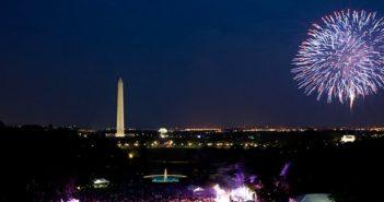 Spettacolo di fuochi d'artificio con sullo sfondo il monumento a Washignton: sono i festeggiamenti per l'Indipendenza Americana
