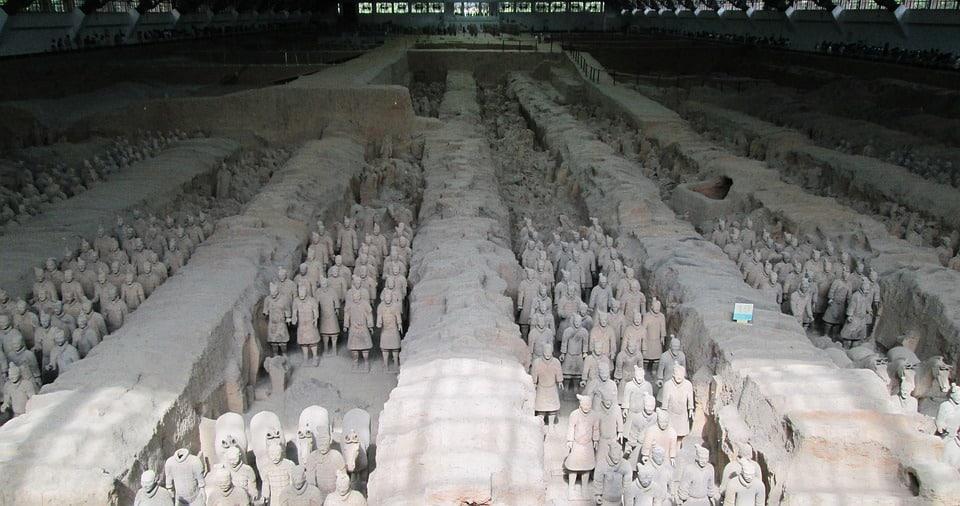 Negli scavi archeologici di un sito di sepoltura vediamo centinaia di figure umane in terracotta