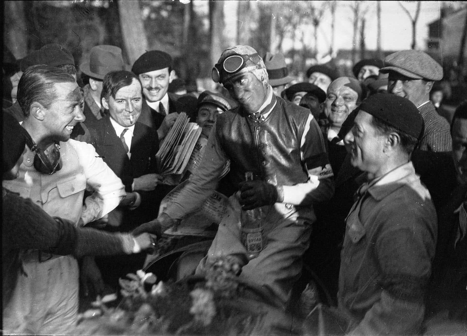 Tazio Nuvolari con i tifosi dopo la vittoria del GP di Pau del 1935
