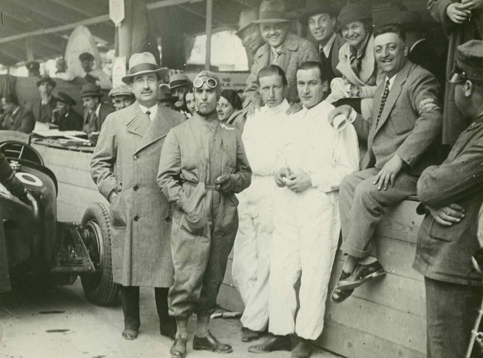 I piloti della Scuderia Ferrari del 1935 insieme a Enzo Ferrari