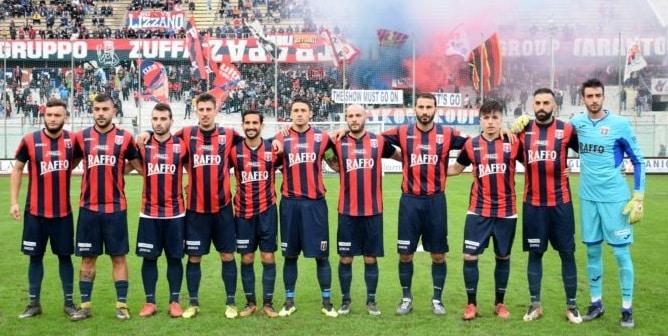 Gli 11 uomini del Taranto schierati per la consueta foto di rito prepartita